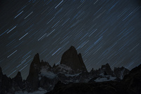 パタゴニアの名峰フィッツロイと星の軌跡