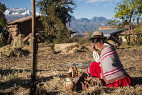ペルー・ウルバンバのケチュア族が神様に祈りと酒を捧げる 02798000146| 写真素材・ストックフォト・画像・イラスト素材|アマナイメージズ