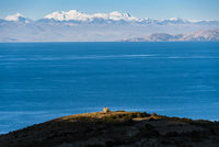 チチカカ湖の「太陽の島」から望むアンデス山脈とインカの祠アパチータ