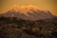 ラパス市街地から望むアンデスの霊峰イリマニ