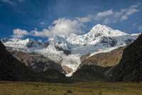 ワスカラン国立公園のワンツァン峰と草原