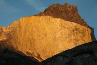 朝日に照るパタゴニア・パイネ国立公園のクエルノ峰