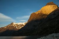 パタゴニア・パイネ国立公園の朝日に照るクエルノ峰とグランデ峰
