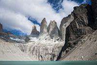 パタゴニア・パイネ国立公園のトーレスデルパイネ峰と氷河湖