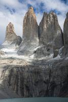 パタゴニア・パイネ国立公園のトーレスデルパイネ峰の大岩壁