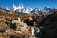 秋のパタゴニア・フィッツロイ峰と紅葉の南極ブナと滝