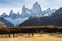 パタゴニア・フィッツロイ峰と、山麓を歩くトレッカー 02798000255| 写真素材・ストックフォト・画像・イラスト素材|アマナイメージズ
