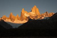 パタゴニアの名峰フィッツロイの朝日 02798000459| 写真素材・ストックフォト・画像・イラスト素材|アマナイメージズ