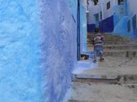 シャウエンの青い街の階段にいる猫と子供 02812000194| 写真素材・ストックフォト・画像・イラスト素材|アマナイメージズ