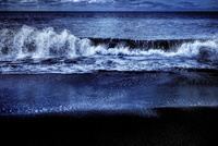 波しぶきをあげる海
