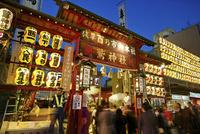 酉の市の夜の浅草の鷲神社 02822000096| 写真素材・ストックフォト・画像・イラスト素材|アマナイメージズ