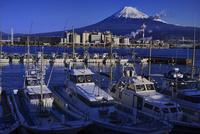 田子ノ浦漁港と富士山 02822000390| 写真素材・ストックフォト・画像・イラスト素材|アマナイメージズ