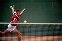 テニスをする外国人男性