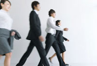 歩くビジネスマンとビジネスウーマン 07000000068| 写真素材・ストックフォト・画像・イラスト素材|アマナイメージズ