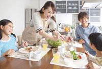 朝食の食卓を囲む家族