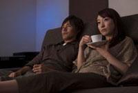シアタールームで映画を見るカップル
