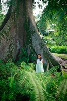 大木の前に立つ女の子 07000001019| 写真素材・ストックフォト・画像・イラスト素材|アマナイメージズ