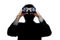 双眼鏡を覗いている男性のシルエット