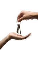 鍵束を渡す手 07000001103| 写真素材・ストックフォト・画像・イラスト素材|アマナイメージズ