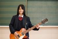 ギターを演奏する女子高校生