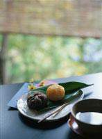 縁側に和菓子と飲物 07011000083| 写真素材・ストックフォト・画像・イラスト素材|アマナイメージズ