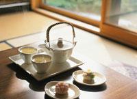 和室でお茶 07011000132| 写真素材・ストックフォト・画像・イラスト素材|アマナイメージズ