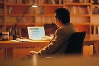 ノートパソコンとビジネスマンの後ろ姿 07011000298| 写真素材・ストックフォト・画像・イラスト素材|アマナイメージズ