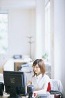 パソコンに向かう日本人女性