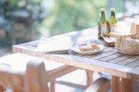 朝食の用意されたテラスのテーブル