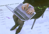 ひざの上にのせたノートパソコン