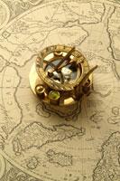 日時計とコンパスと世界地図