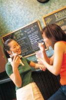カフェでドリンク飲む女性2人