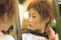 鏡の前の女性 07092000042| 写真素材・ストックフォト・画像・イラスト素材|アマナイメージズ