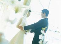 向い合う花嫁と花婿