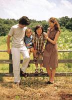 草原の中の家族4人