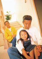 階段の前の3人家族