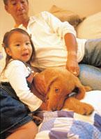父親と女の子と犬
