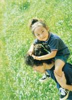 女の子を肩車する父親
