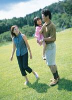 草原の中の3人家族