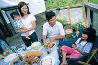 テラスで食事する家族