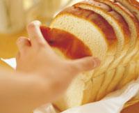 パンを取る手元