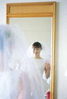 鏡の前のウェディングドレスの女性 07092000454| 写真素材・ストックフォト・画像・イラスト素材|アマナイメージズ