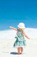 海と砂浜の子供後姿