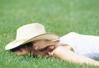 芝生に寝転ぶ女性 07092000665| 写真素材・ストックフォト・画像・イラスト素材|アマナイメージズ