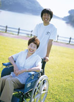 男性と車椅子のシニア女性