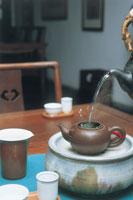 お茶をいれる 07092000716| 写真素材・ストックフォト・画像・イラスト素材|アマナイメージズ