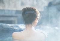 露天風呂に入る女性後姿