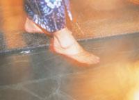 温泉に足をつける浴衣の女性 07092000732| 写真素材・ストックフォト・画像・イラスト素材|アマナイメージズ