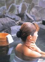 露天風呂に入る女性 07092001105| 写真素材・ストックフォト・画像・イラスト素材|アマナイメージズ