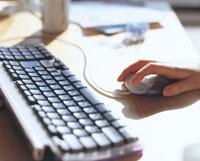 キーボードとマウスを動かす手 07092001135  写真素材・ストックフォト・画像・イラスト素材 アマナイメージズ